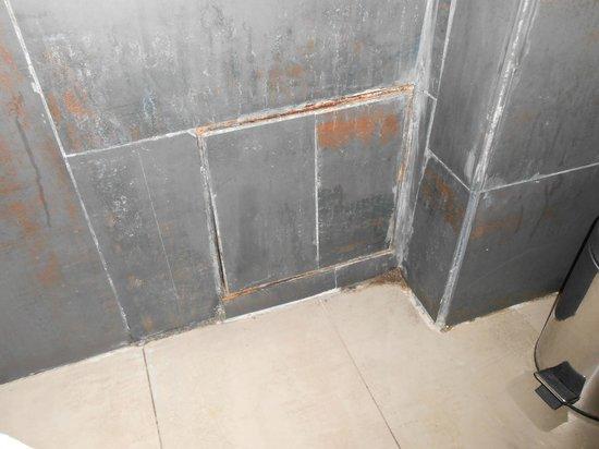 Dellarosa Hotel Suites & Spa:                   bathroom tiles, horrible looking