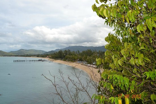 Pinnacle Resort Samui:                   Blick vom Felsen auf den Strand