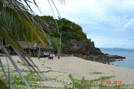 Pinnacle Resort Samui:                   Am Strand Blick auf den Felsen mit Gebetsschrein