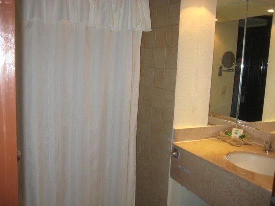 Royal Solaris Cancun:                   bathroom