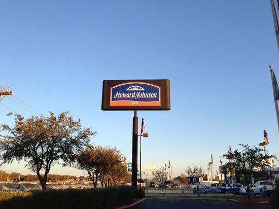 Howard Johnson Inn San Antonio/Near Six Flags Fiesta Texas: Sign