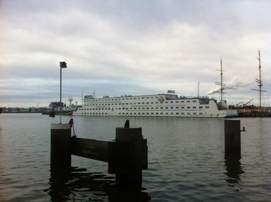 Amstel Botel: dal vicino molo per l'imbarco