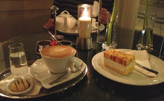 InterContinental Budapest: Coffee and cake at the hotel bar