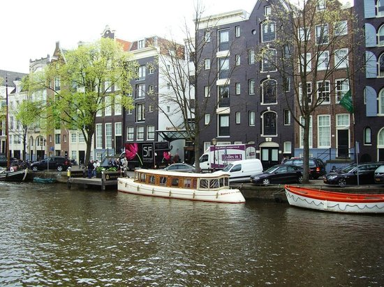 Hotel Pulitzer Amsterdam:                   The hotel front and the Traveler tour boat