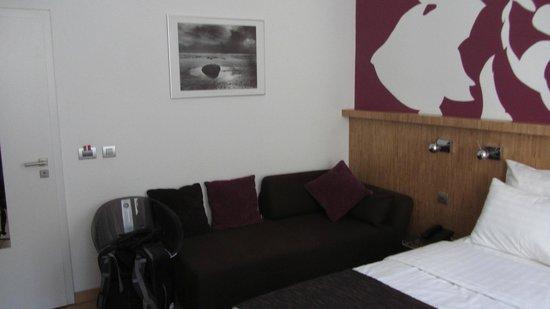 Dahlia Inn: room