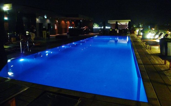 The Met Hotel: beautiful rooftop pool at night
