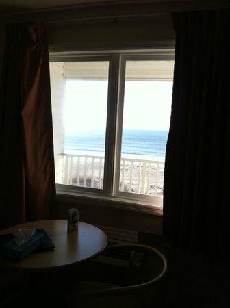 ذا أيلاندر إن: Window from top floor ocean front room  (4201)
