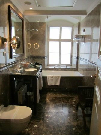 Savic Hotel:                   Luxurious Bathroom