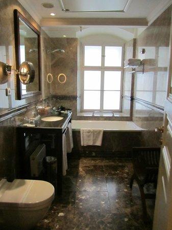 โรงแรมซาวิค:                   Luxurious Bathroom