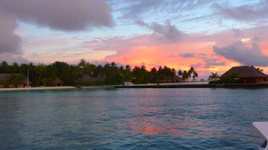 Kuramathi Island Resort:                                     Sunset Cruise avec flute de champagne