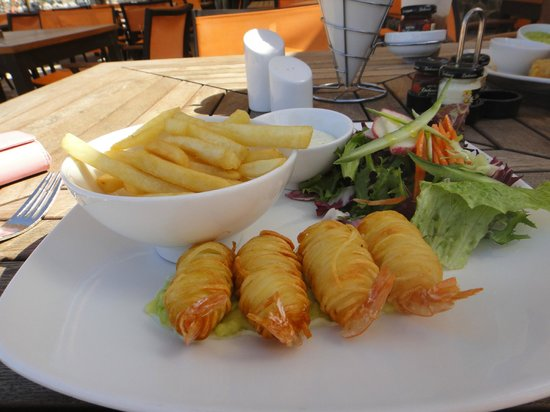 JA Jebel Ali Beach Hotel: Noodle wrapped prawns for lunch at Anchor Bar - delicious