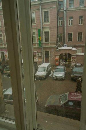 Old Flat Hostel na Sovetskoy:                   Окна выходят на не оживленный переулок.