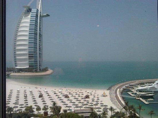 Jumeirah Beach Hotel:                   Vista desde la ventana del Jumeirah Beach, el vecino