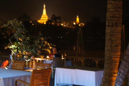 Kandawgyi Palace Hotel:                   Terrasse restaurant Agnès