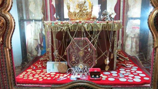 Basilica  de la Virgen del Pino:                   Klær og gaver til Virgen del Pino