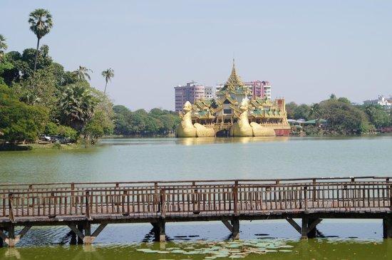 Kandawgyi Palace Hotel:                   Vue depuis la piscine