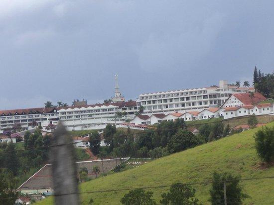 Serra Negra:                   Vista do hotel na estrada de acesso