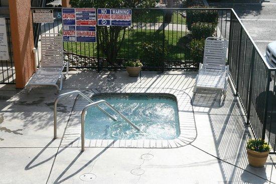 Econo Lodge & Suites Lodi: Outdoor Hot Tub