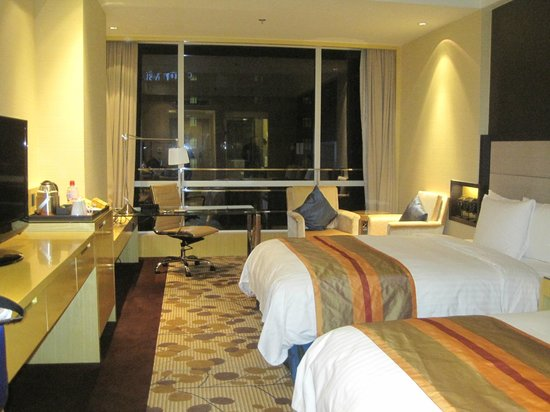 Courtyard by Marriott Shanghai Central: Floor to ceiling glass