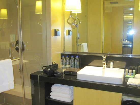 Courtyard by Marriott Shanghai Central: Bathroom
