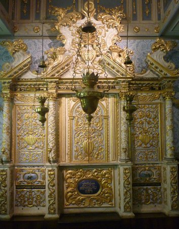 İsrail Müzesi:                   A Torah ark from Italy, early 18th century