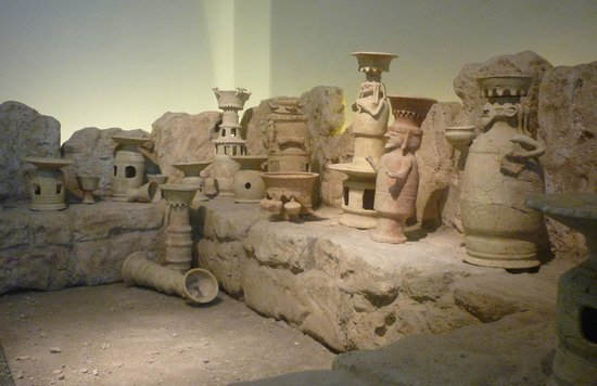 Muzeum Izraela:                   Artifacts from an ancient temple in the archaeological exhibit