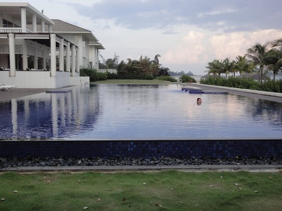 Princess D'An Nam Resort & Spa: Endless pool. On the beach and peaceful