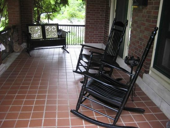 Peaches Bed and Breakfast : Relaxing front porch