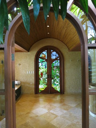 The Springs Resort and Spa: The view from inside the outdoor shower t the rest of the bathroom in the Palm Villa