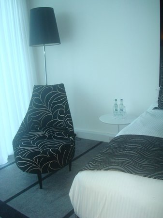 Crowne Plaza Manchester City Centre: Nice seat to relax in while watching the world go by your window!