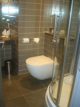 Crowne Plaza Manchester City Centre: Compact bathroom.