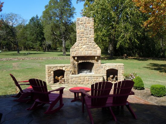 Hilltop Manor Bed & Breakfast: Outdoor Fireplace