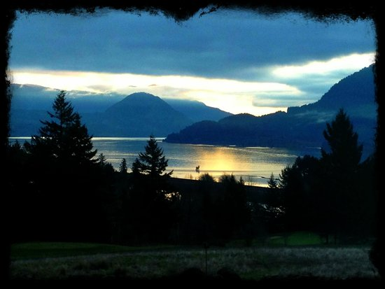 Skamania Lodge: Sunrise view from room 323 ~ Highly recommend river view