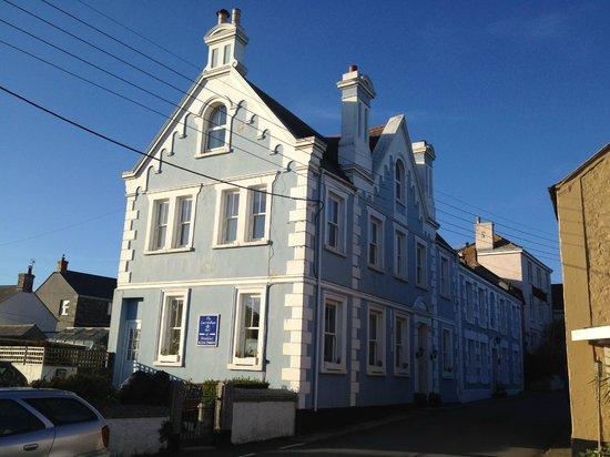 The Caerthillian Guest House: Das B&B von aussen mit den privaten Parkplätzen