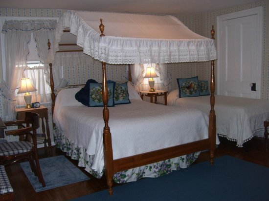 Costellou0027s Guest House Canopy Room & Costellou0027s Guest House - Hyde Park NY - Picture of Costellou0027s ...