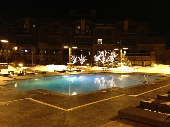 Waldorf Astoria Park City: Beautiful pool at night