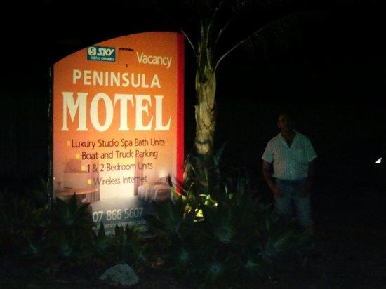 Peninsula Motel :                                     entrance at night