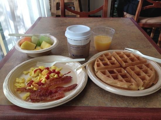 Hampton Inn & Suites Palm Desert:                   朝食、ワッフルを焼くマシーンがあるので、出来たてを食べられます