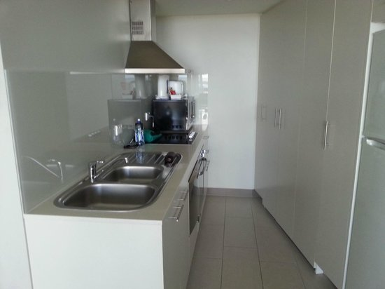 Mantra Twin Towns: Kitchen apt 1038