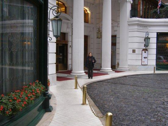 Claridge Hotel: frente y entrada del hotel con el acceso para arribo en autos particulares o taxis