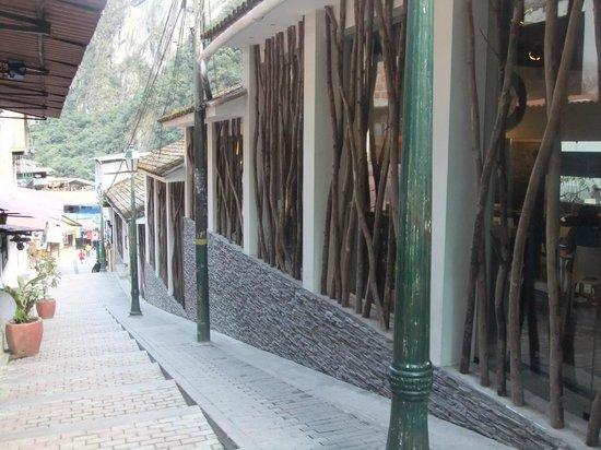 El MaPi by Inkaterra:                   ホテル前の坂道と外観