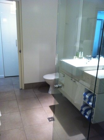 Peppers Beach Club: Bathroom of two bedroom apartment. Two entrances, shower only