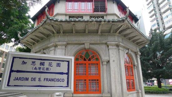 Jardim do Sao Francisco (S. Francisco Garden): Chinese Pavilion Library on street level