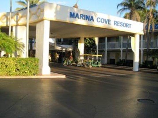 Magnuson Hotel Marina Cove: hotel entrance