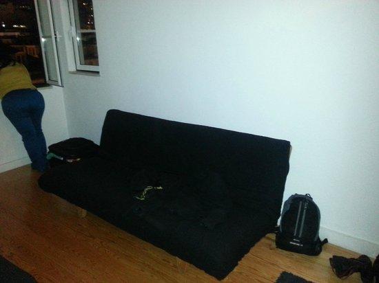 Lisbon Story Guesthouse:                   Um sofa cama  no quarto azuleijos