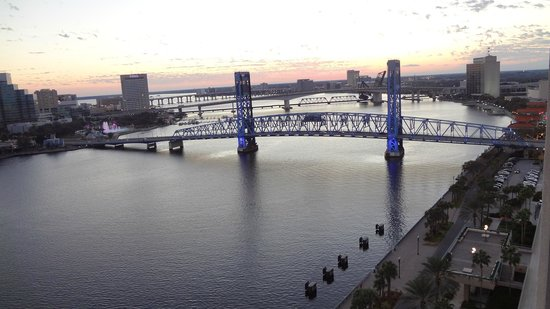 Hyatt Regency Jacksonville Riverfront: Sunset from our room on the 17th floor