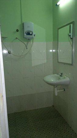 Beach Road Hotel: Shower in standard room