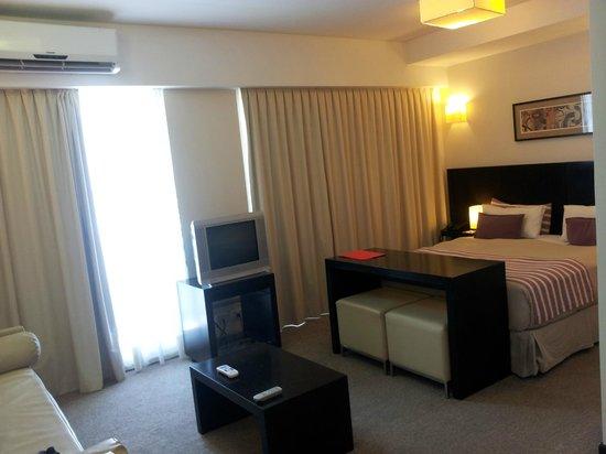 Espacia Suites: Formando una L con el living y cocina, el muy buen dormitorio
