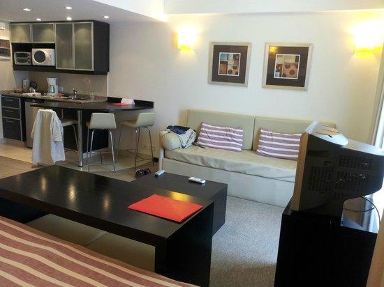 Espacia Suites: Sector living y cocina, realmente confortable