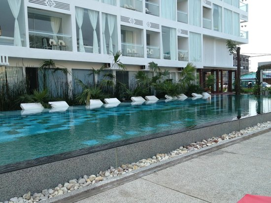 Thaiyang Chhen Hotel : The pool was great - we relaxed in the water on the white 'lounges'